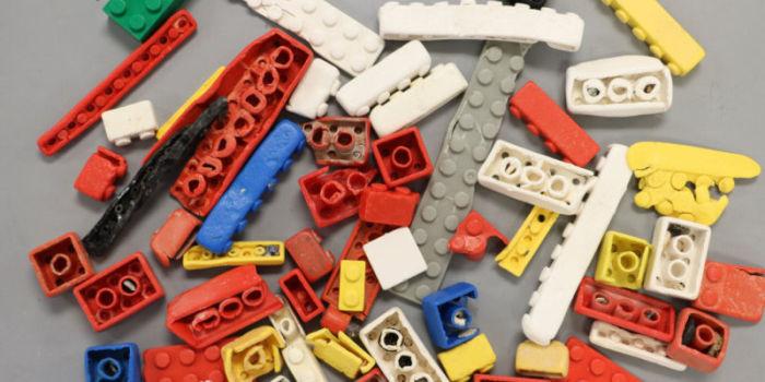Фото: Полуразрушенные кирпичики LEGO, собранные с пляжа. University of Plymouth