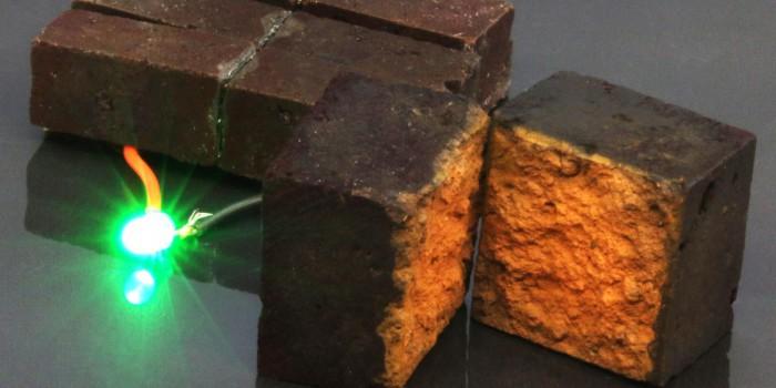 Устройство из красного кирпича питает зеленый светодиод. На фотографии показано строение кирпичного электрода с нанофибриллярным покрытием PEDOT. Предоставлено: D'Arcy laboratory, Department of Chemistry, Washington University in St. Louis