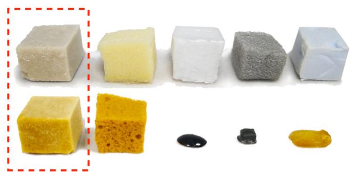 Слева направо: пеноматериалы из молочной сыворотки, полиуретана, полистирола, полиэтилена с полистиролом. Верхний ряд представляет собой изначальные материалы, а нижний - на которые воздействовал воздух при температуре 150 градусов в течение одного месяца. KTH