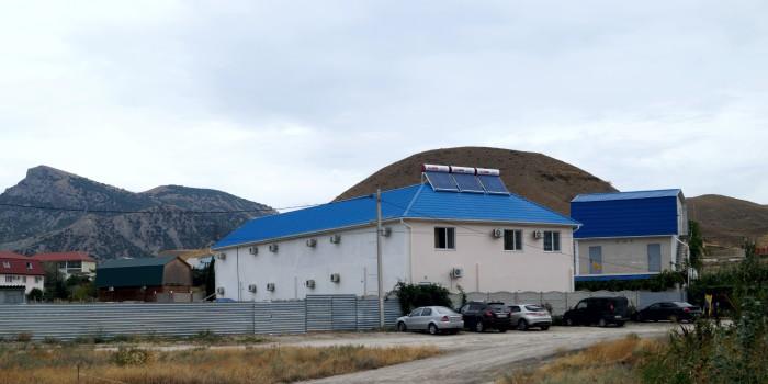 Солнечный коллектор на крыше здания. Судак, Крым
